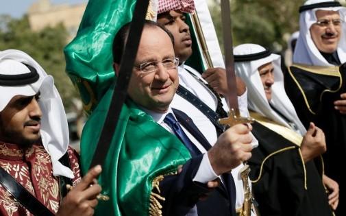 François Hollande, un sabre à la main, lors d'une visite en Arabie Saoudite, le 30 décembre 2013.