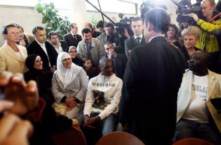 """Photo: 11 avril 2007 à Villepinte (ville UMP) Nicolas Sarkozy assiste à une """"cérémonie d'entrée dans la nationalité française"""". Etre islamiste n'a pas l'air d'être une barrière pour obtenir une carte d'identité..."""