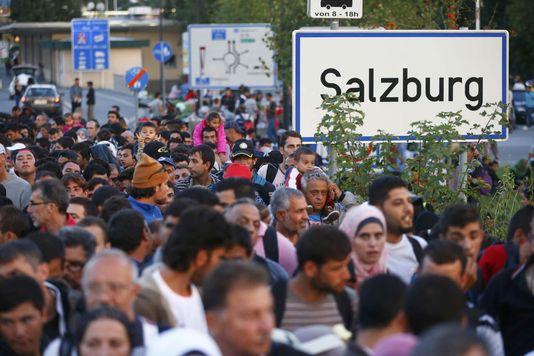 4761099_6_b2a8_des-migrants-attendent-de-se-faire-enregistrer_9f479fcb793e13560dbb7ccecd77ad84
