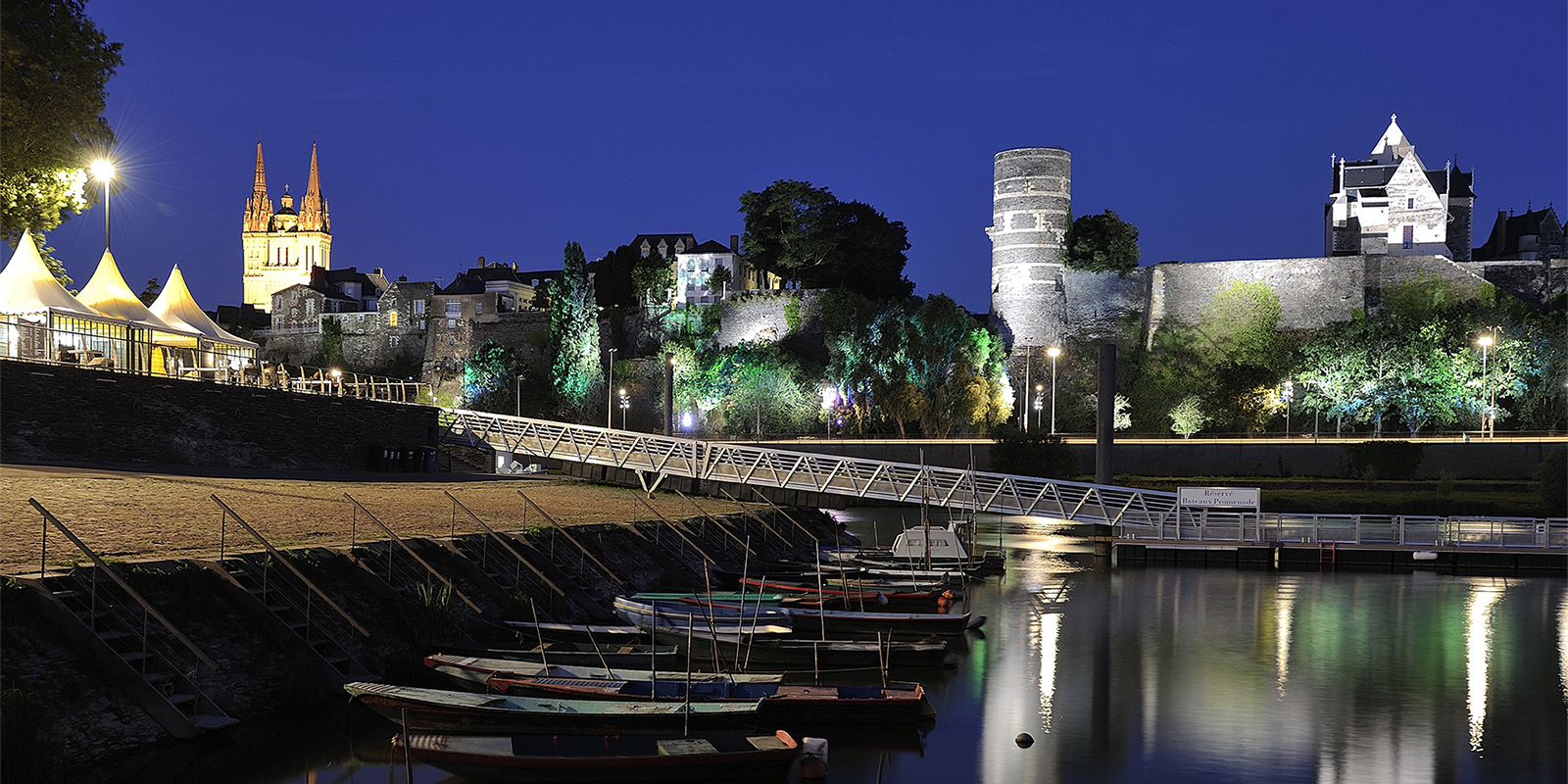 Reportage sur le tourisme urbain à Angers, Maine & Loire. Les bords de Maine et la cale de de la Savate de nuit. © Jean-Sébastien Evrard