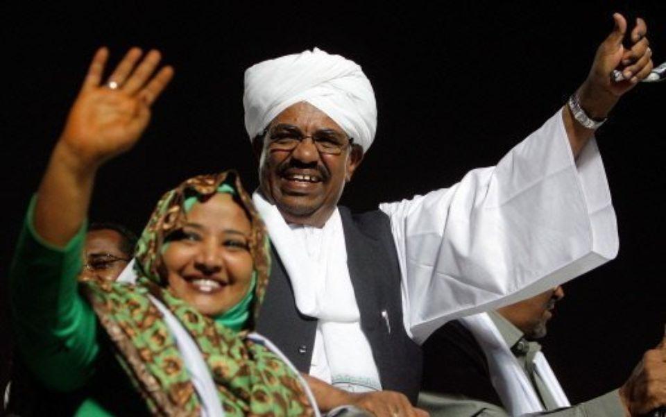 Le président El-Bechir avec sa femme.