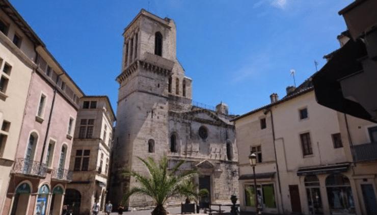 Nîmes : un clandestin multirécidiviste tente de pénétrer dans la cathédrale  puis fait l'apologie du terrorisme